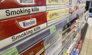 Cartrons de tabac en un establiment comercial.