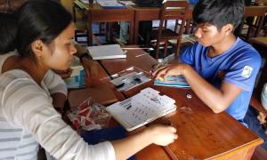 És la primera vegada que aquests joves de Cambodja reben formació en robòtica.