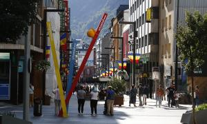 Turistes passejant pel carrer.