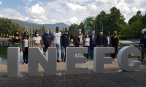 Foto de grup del personal docent i PAS del nou centre, que juntament amb l'alumnat, i parlaments a banda, eren els protagonistes reals de la jornada.