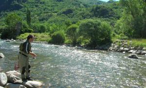Un pescador de riu practicant aquest esport.
