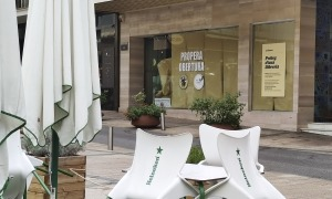 Un prometedor cartell, 'Pròleg d'una llibreria', anuncia la pròxima inauguració de La Trenca a la plaça Rebés.