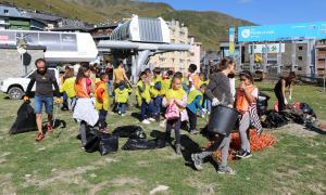 Bona part dels participants a la neteja del Pas eren nens.