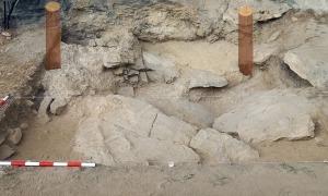 Les roques ocupen gran part de la superfície excavada. De moment s'ha aprofundit entre 0,50 centímetres i un metre, i els arqueòlegs posen les esperances en la part més pròxima a la paret, on creuen que no toparan amb pedres que els impedeixin arribar a estrats més antics.