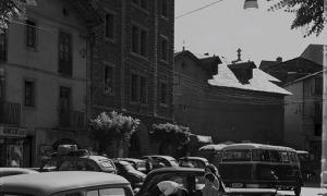 La plaça Benlloch, des del portal de casa Guillemó, als anys 50, encara amb el Quart, i la rectoria vella.