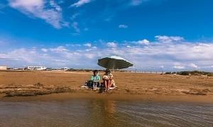Albert Vilcan és Simon, i Arlette Torres, Valeria: tots dos, la setmana passada a la platja del Trabucador.