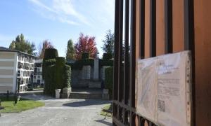 Imatge del requeriment i el llistat que l'Ajuntament de la Seu d'Urgell ha penjat a la reixa d'entrada del cementiri.