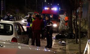 La policia investiga les causes de l'accident en el que va moir un jove i una altra persona va resultar ferida.