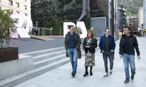 Un moment de la vista de la cònsol i el conseller d'Urbanisme i Aparcaments, Josep Antoni Cortés, amb els regidors de Pontevedra, ahir.