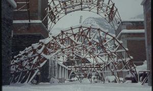 Les estructures que havien de sostenir la bóveda central esperen al transsepte.