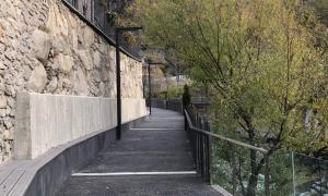 El tram del passeig de Mojácar enquitranat.