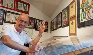 Pieras, l'ànima del saló des dels inicis, assegut a la taula de Carlos Ezquerra, un dels seus racons preferits del Museu del Còmic.