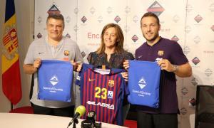 El tècnic, Xavi Pascual, i el capità del Barça Lassa, Víctor Tomàs, van intercanviar regals amb la cònsol menor d'Encamp, Esther París.
