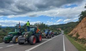 Un moment de la marxa lenta de tractors a la C-14, aquesta tarda.