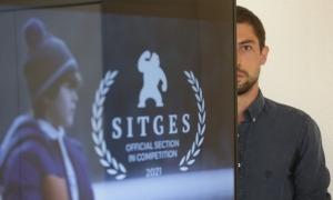 El director encampadà, amb el cartell d''Under the Ice', ja amb la mosca de Sitges.