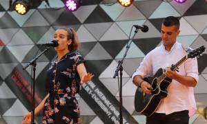Laia i Marc en l'actuació al concert jove d'ahir al vespre a la plaça Coprínceps.