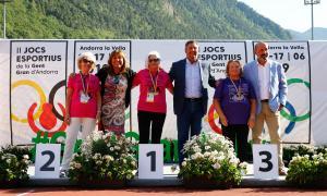 Les autoritats entreguen les medalles als esportistes guanyadors.