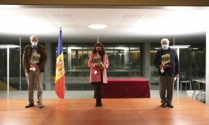 Foto de família amb els tres guanyadors dels premis Àgora: Antoni Ubach, Eva Julián i Josep Dallerès.