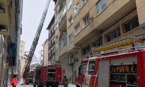Un bomber treballa al pis calcinat on, en un menjador amb una cuina americana, es va originar el foc.