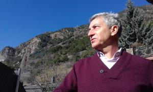 Gibert, al jardí d'Editorial Andorra, on ahir va presentar a la premsa el poemari 'Al sol que bat la penya'.