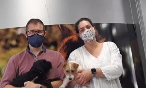 La Laia i el Pablo a la clínica veterinària que van obrir a la Seu d'Urgell justament en començar els mesos de pandèmia i confinament.