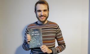 Lóan Poulet, amb el seu llibre, publicat per Círculo Rojo.
