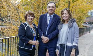 Vila amb la presidenta, Iris Míriam Ruiz, i la secretària de la FIO, Carmen Comas-Mata.