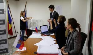 Una resident russa exercint ahir el seu dret a vot als comicis presidencials a la seu del consolat de Rússia a Andorra.