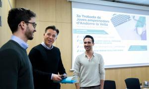 El cònsol menor, Marc Pons, i els dos ponents, Euge Oller i Miquel Román.