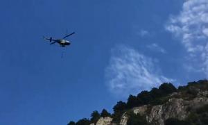 Un helicòpter fumigant els boscos en la campanya impulsada pels set comuns contra la processionària.