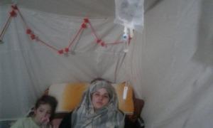 Vania, amb la seva filla gran, a la tenda on sobreviuen al camp d'internament kurd de Al Roj.