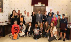 El consell municipal d'adolescents amb les autoritats en la foto de família.