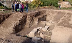 L'excavació del jaciment arqueològic ha deixat al descobert part de la muralla romana d'Isona.