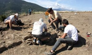 Un grup d'arqueòlegs treballant en el jaciment ibèric de Fontanals de Cerdanya.