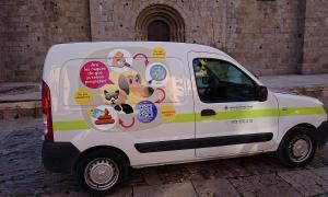 El vehicle de Medi Ambient està retolat amb la imatge de la campanya.