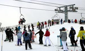 Cues d'esquiadors per agafar el telecadira de Port Ainé a finals del passat mes de gener.