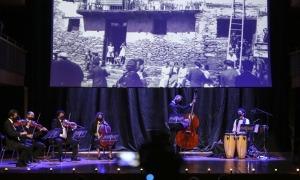 El quintet de corda, Lluís Cartes i els actors Ivan Caro i Laura Castro, al concert d'ahir.