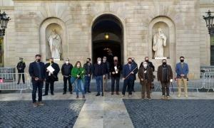 Els alcaldes pirinencs davant del Palau de la Generalitat, aquest migdia.