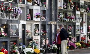 La visita als cementiris per Tots Sants, una tradició que envelleix