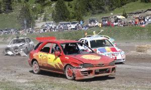 Alguns dels vehicles participants en la tercera edició del Crash Car d'Encamp celebrada ahir a la tarda.