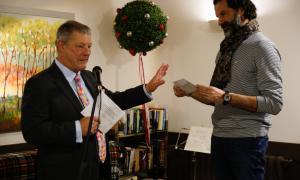 Moment en què Simon Binsted entrega la donació al president d'Infants del Món, Franz Armengol, ahir al matí.