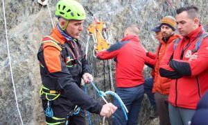 Uns 400 bombers aprenen noves tècniques en rescats de muntanya
