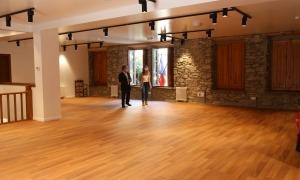 Els cònsols lauredians passegen per la primera planta de la casa comuna antiga, que ja espera les obres de Sergi Mas.