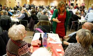 La gent gran celebra la festa de Nadal amb un berenar i un sorteig solidari