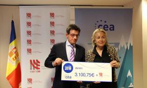 El president de la CEA, Xavier Altimir, entrega el xec a la presidenta de la junta rectora d'EENSM, Maria Pilar Díez.