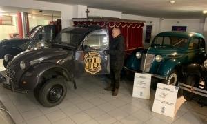 Custodio Solana obre la porta del 2CV, que va conduir entre el 1985 i el 2003 i que ell mateix va pujar a la primera planta del museu.
