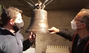 El mestre campaner Francisco Gómez i mossèn Toni Elvira, que assenyala el tall ja soldat, ahir a Santa Eulàlia.