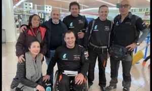Llovera, a l'aeroport del Prat amb bona part del seu equip abans de volar a Jeddah.