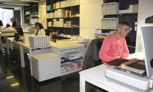 Una de les sales de l'Arxiu comarcal de l'Alt Urgell on es digitalitzen els documents.
