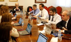 Un moment del consell de ministres d'ahir en què ja no es va utilitzar la documentació en paper.